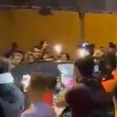 UŽAS U ŠPANIJI, KUMAN JEDVA IZBEGAO LINČ Pobesneli navijači opkolili auto trenera Barselone, opšti haos ispred stadiona! /VIDEO/