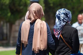 Można zakazać hidżabu i krzyżyka w pracy, ale nie zawsze