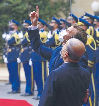 O co Macron gra w Libanie