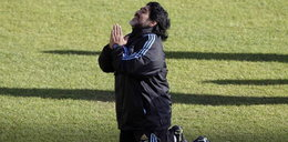 Maradona na kolanach