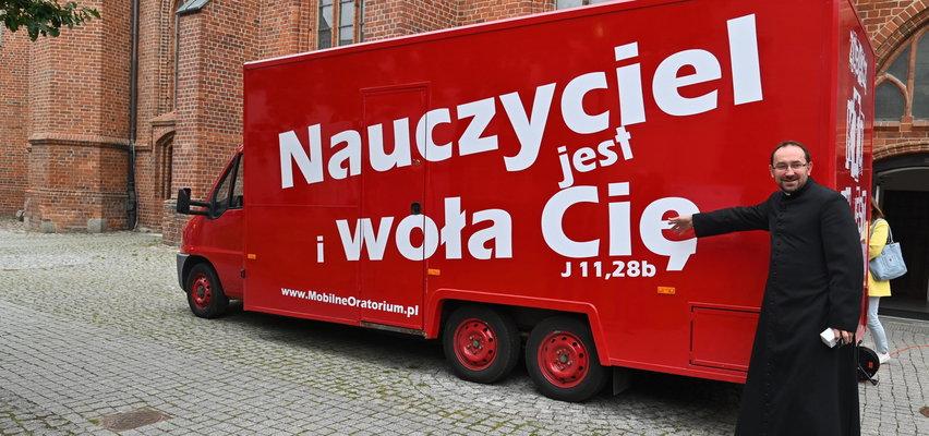 Food truck przerobiony na mobilną kaplicę. Dojedzie tam, gdzie nie ma kościoła