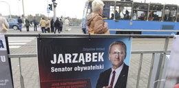 Nielegalne plakaty zaśmiecają Wrocław