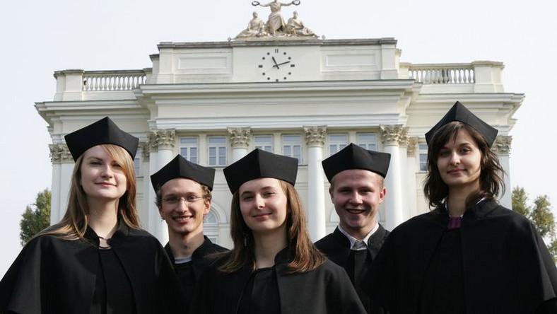 Nieliczne uczelnie rezygnują z papierowych indeksów na rzecz elektronicznego systemu ocen.