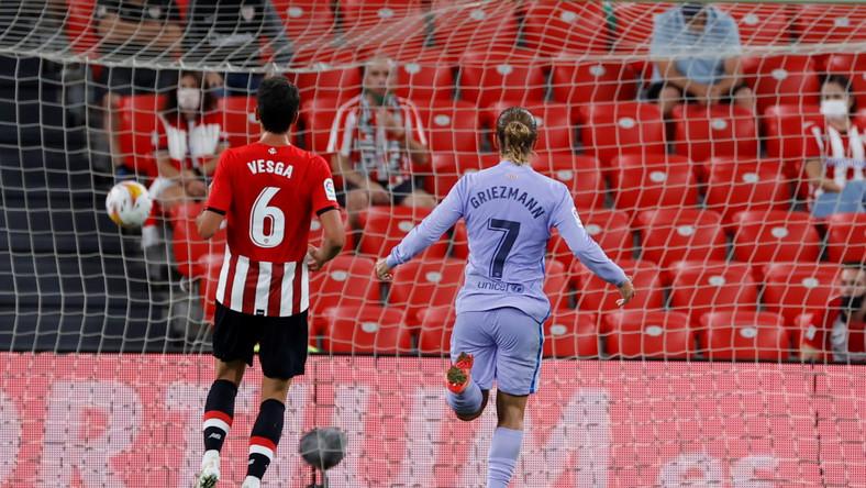 Napastnik Barcelony Antoine Griezmann (C) celebrujący gola zdobytego przez Memphisa Depaya