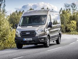 """Ford Transit po modernizacji – inny wygląd i """"miękka hybryda"""""""