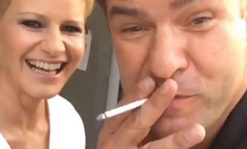 Tomasz Karolak pali papierosy