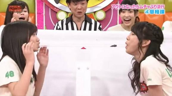 Jezivo takmičenje: Dve Japanke dobacuju se ogromnom bubašvabom služeći se ustima