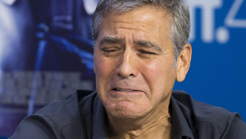 """Zapłakany Clooney promował na Toronto Film Festival obraz """"Our Brand Is Crisis"""". Nie zagrał w nim jednak, a tylko wystąpił w roli producenta, oddając pola Sandrze Bullock i Billy'emu Bobowi Thorntonowi. Choćokreślenie """"nie zagrał"""" nie jest w tym przypadku odpowiednie. Podczas konferencji prasowej na słynnym festiwalu Sandra Bullock zdradziła bowiem, że Clooney był jej dublerem w scenie """"wypięcia pupy"""" i to jego cztery litery można zobaczyć na ekranie."""