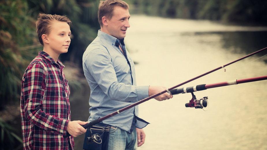 Jeżeli twój tata lubi łowić ryby, możesz zaproponować mu wspólne wędkowanie