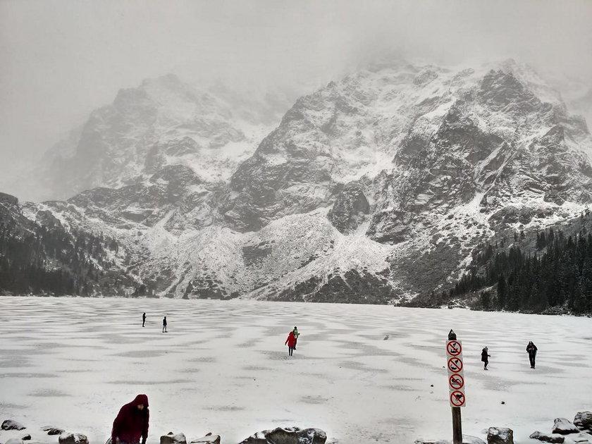 Pomimo zakazów turyści wchodzą na cienki lód pokrywający Morskie Oko