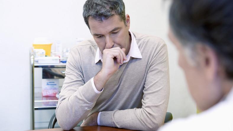 Zatroskany mężczyzna u lekarza