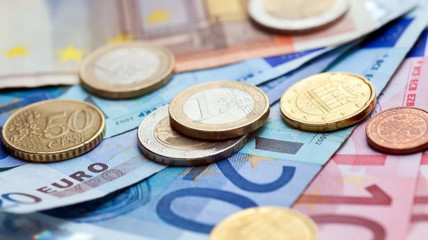 skazuje jednocześnie w swoich rekomendacjach, że średnioterminowe ryzyka dla zrównoważonego rozwoju są wysokie we Włoszech ze względu, na to, że strukturalna nadwyżka pierwotna budżetu (bez uwzględniania kosztów obsługi długu) jest zbyt mała, żeby przynieść szybkie zmniejszenie długu publicznego.