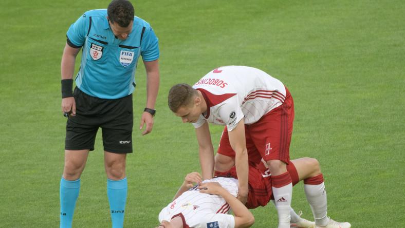 Piłkarze ŁKS Łódź Maciej Wolski (C) i Jan Sobociński (P) podczas meczu grupy spadkowej Ekstraklasy z Górnikiem Zabrze