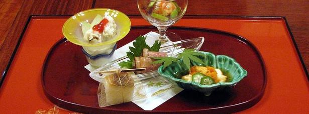 """9. Misoguigawa (Osaka, Kobe, Kyoto) Pozostajemy w klimacie kuchni japońskiej, choć z dużym wpływem francuskiej tradycji kulinarnej. Restauracje """"Misoguigawa"""" oferują swoim gościom potrawy przygotowane według najlepszych zasad kaiseki (tradycyjny, wielodaniowy posiłek japoński przygotowywany jak dzieło sztuki). Estetyka w sztuce kulinarnej kaiseki jest blisko spokrewniona z francuską haute cuisine, czyli kuchnią wyrafinowaną. Zarówno haute cuisine, jak i kaiseki, koncentrują się na starannym przygotowaniu i podaniu potraw, które muszą być przyrządzone z najświeższych i rzadkich składników. Cena za posmakowanie takiego luksusu? 163 dolary za jedno danie."""