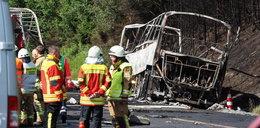 Straszny wypadek autokaru w Niemczech! Wydobyto ciała 18 osób. Spalili się przez poduszki?