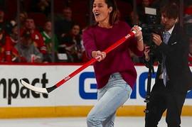 Ljudi gledaju i ČUDE SE u kakvim ČIZMAMA Ana igra hokej na ledu