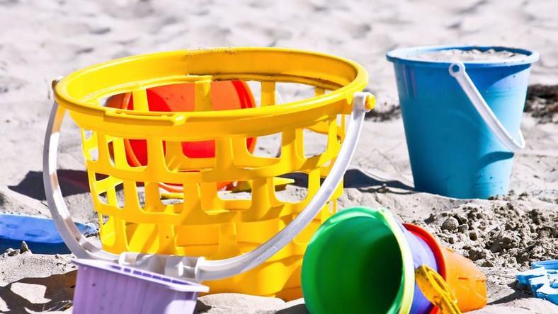 Zabawa w piasku może być niebezpieczna
