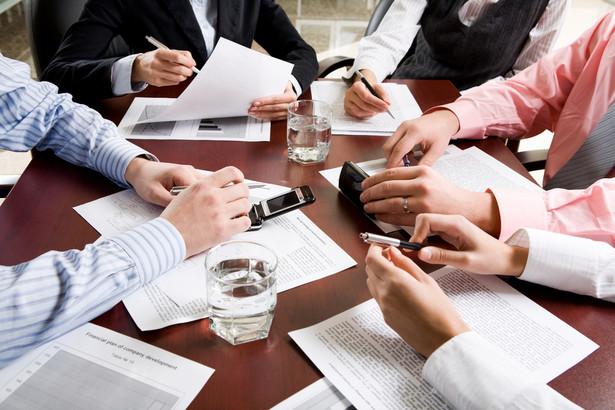Pracownicy administracyjni zajmują się zadaniami czysto papierkowymi i sprawozdawczymi.