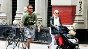 Naomi Watts i Liev Schreiber na spacerze z dziećmi