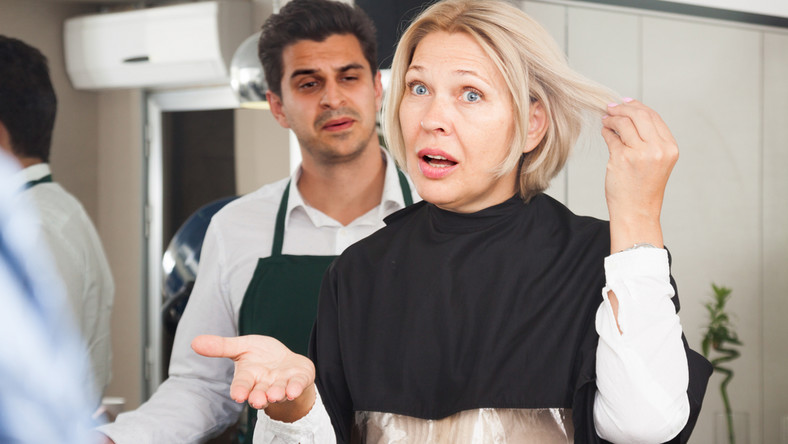 Kobieta niezadowolona z usługi fryzjerskiej