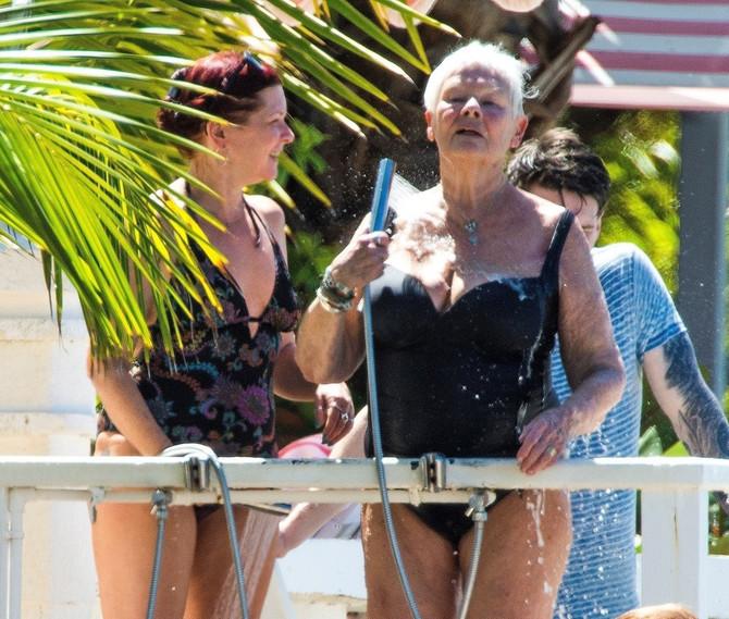Džudi Denč u jednodelnom  kupaćem kostimu