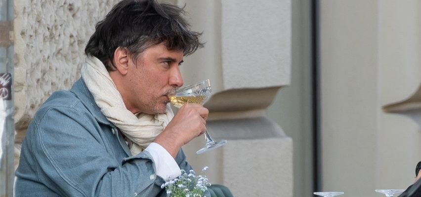Marcin Tyszka to ma życie. Popija chleb szampanem