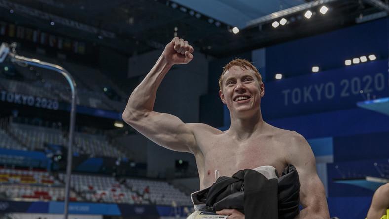 Brytyjczyk Tom Dean celebrujący zwycięstwo w wyścigu sztafetowym 4x200 m st. dowolnym w igrzyskach w Tokio