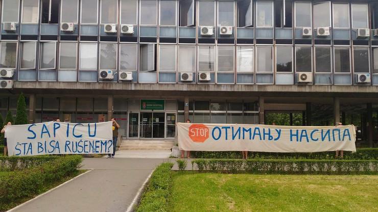 """Članovi udruženja """"Savski nasip"""" pojavili su sa transparentima ispred opštine Novi Beograd."""