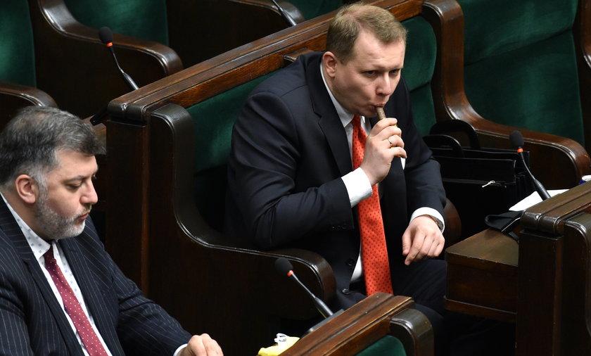 Artur Dziambor i Krystian Kamiński bez maseczki w Sejmie.