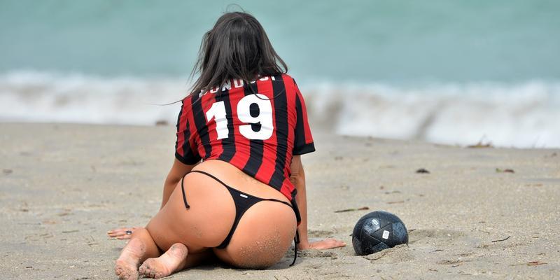 Claudia Romani w piłkarskiej sesji chwali się pupą. Co za widok!