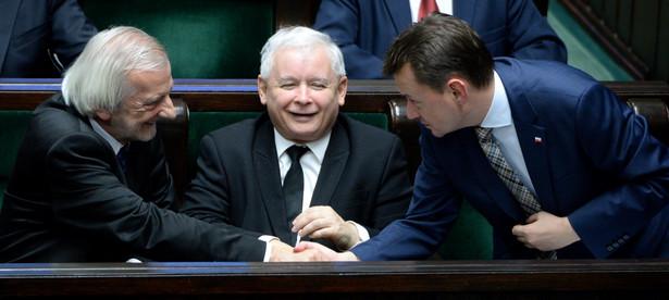 Ryszard Terlecki i Mariusz Błaszczak. W centrum prezes PiS Jarosław Kaczyński. PAP/Jacek Turczyk