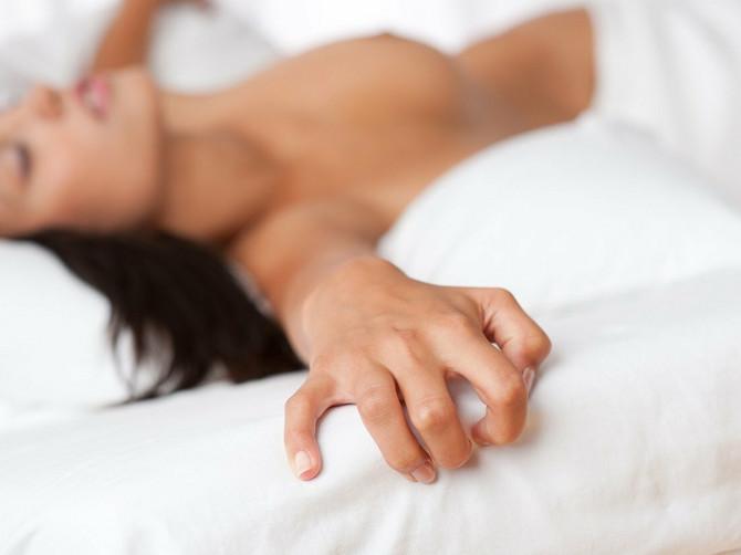 Suprug i ja imali smo UŽASNO DOSADAN SEKS, a onda je jedne noći UZEO NAJOBIČNIJU STVAR koju svi imaju i priredio mi SPEKTAKL u krevetu koji ne može da se prepriča!