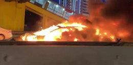 Auto eksplodowało na ruchliwej ulicy! Przerażające nagranie