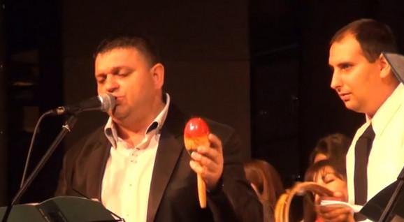 Direktor Stanojević pevao zajedno sa štićenicima