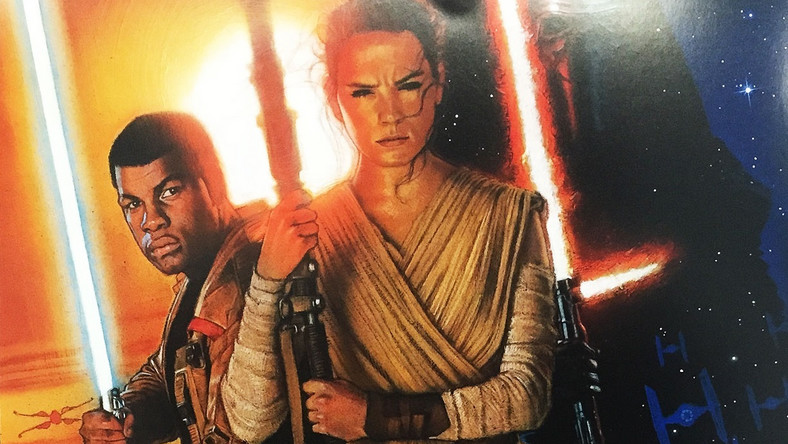"""Bohaterowie i antybohaterowie """"Gwiezdnych wojen: Przebudzenia Mocy"""" trafili właśnie na okładkę magazynu """"Empire"""". A ściślej – na dwie, bowiem nowy, październikowy numer pisma trafi do sprzedaży z dwiema różnymi okładkami. – Mój instynkt mówi mi zawsze, by nie robić szumu i jeśli robilibyśmy to po mojemu, pewnie pokazałbym mniej z filmu, ale prawda jest taka, że nie chciałbym, aby fani mieli wrażenie, że chowamy coś bez żadnego większego powodu – tłumaczy w wywiadzie dla znanego magazynu filmowego J.J. Abrams."""