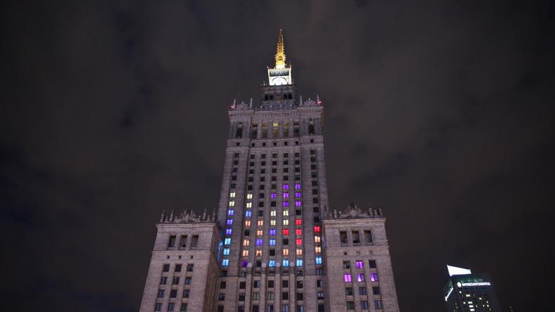 Okna Pałacu Kultury i Nauki od strony ul. Marszałkowskiej zostały oświetlona kolorowymi światłami. Wszystko za sprawą popularnej gry Tetris.