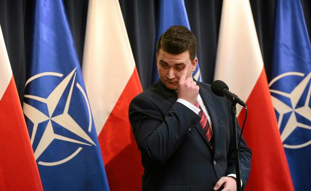 Bartłomiej Misiewicz to nowa gwiazda polskiej polityki. 27-latek, o którym piszą już nawet portale plotkarskie, jest nie tylko przykładem błyskawicznej, choć być może teraz nieco wyhamowującej, kariery politycznej i pokazania tego, jak minister Antoni Macierewicz dba o swoich pretorian.