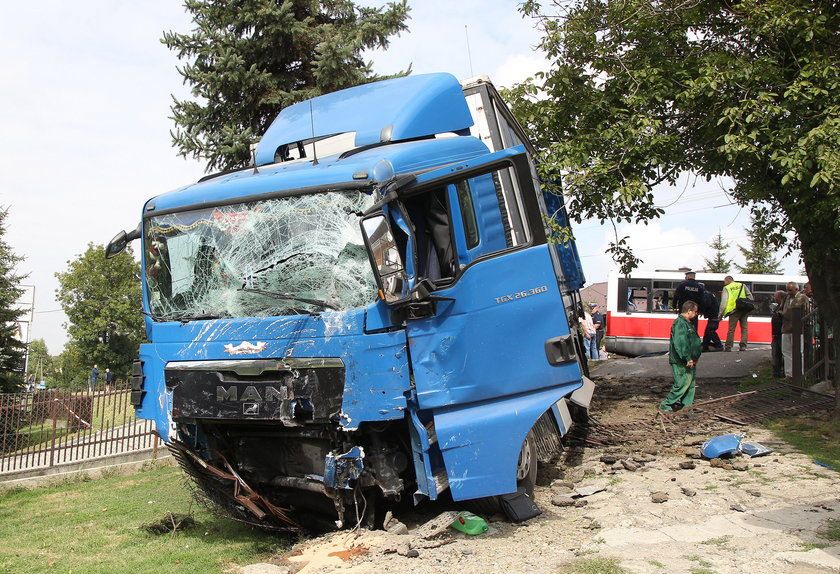 Ciężarówka po zderzeniu z busem