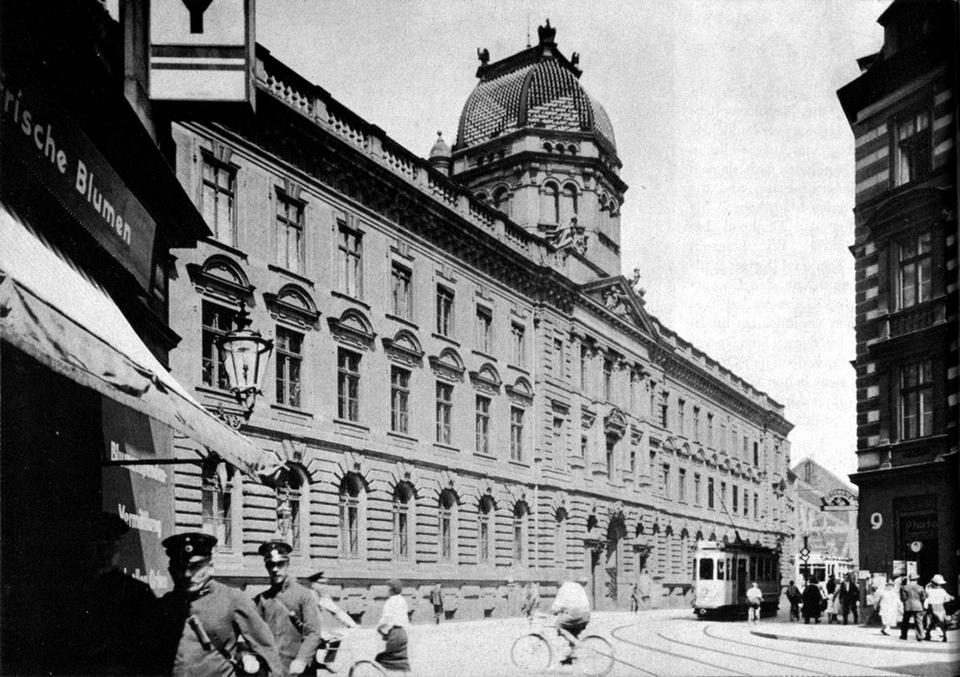 Neobarokowy, monumentalny gmach Poczty Głównej z pewnością nadawał się do odbudowy. Prawdopodobnie w 1954 roku został zburzony i wysłany jako budulec do Warszawy