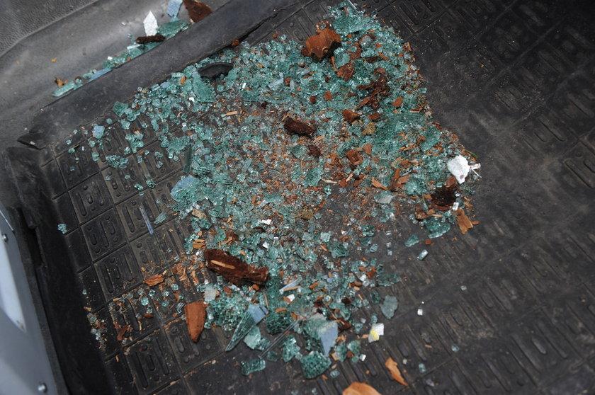 Dwaj bracia zdemolowali karetkę i pobili ratowników