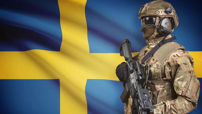 Żołnierz na tle szwedzkiej flagi