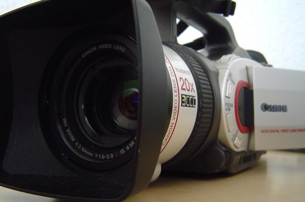 Podatnik w kwietniu 2005 r. wystąpił do organów podatkowych o interpretację przepisów o VAT. Wyjaśnił, że zawiera umowy o dzieło na wykonanie zdjęć do filmów fabularnych i na wyreżyserowanie filmów reklamowych.