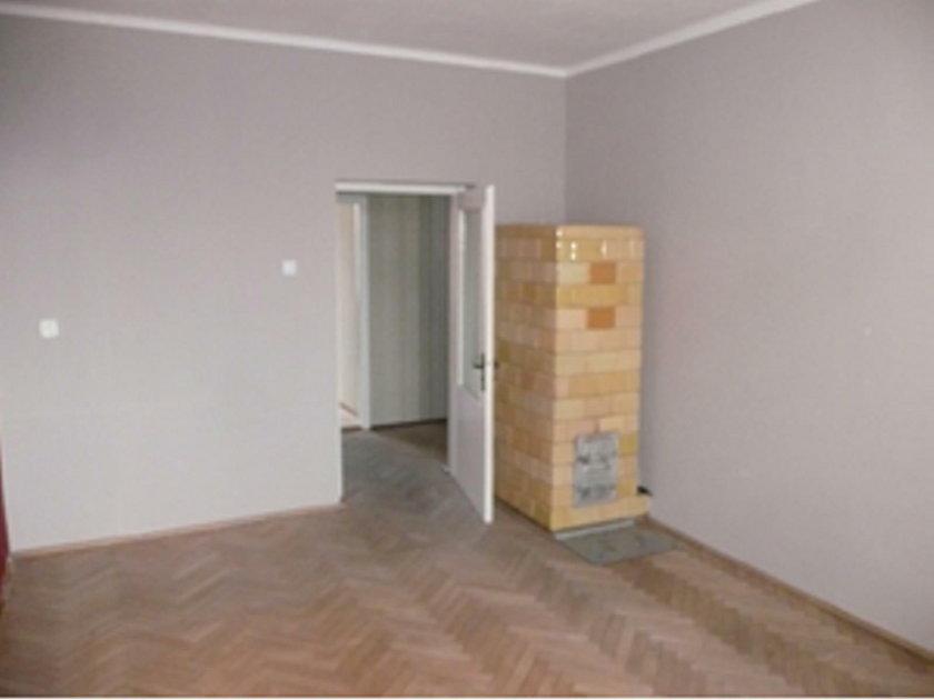 Lokal składa się z dwóch pokoi, kuchni, łazienki, korytarza i przedpokoju
