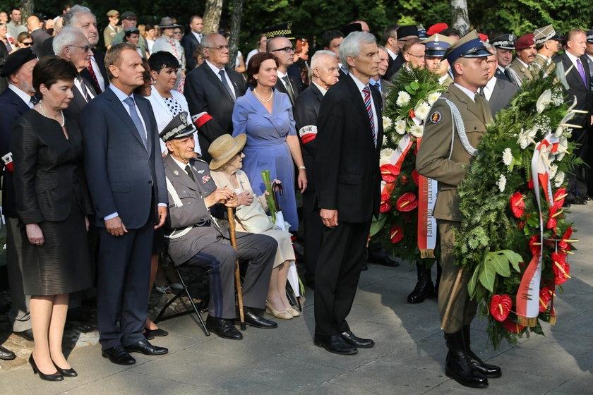 Oddanie hołdu bohaterom Powstania Warszawskiego pod pomnikiem Gloria Victis