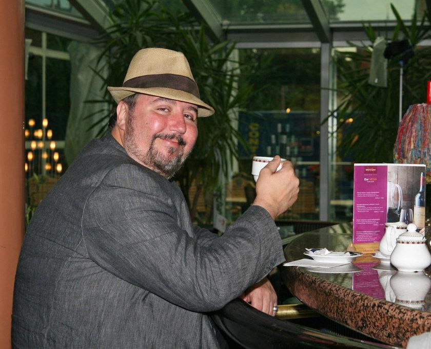 Dariusz Gnatowski pozuje do zdjęcia