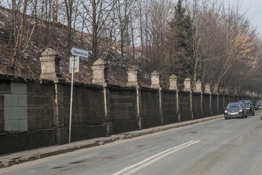 Mur przy ul. Blich straszy wyglądem
