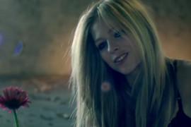 POVUKLA SE SA SCENE Popularna pevačica se odriče karijere zbog višegodišnje borbe sa bolešću (VIDEO)