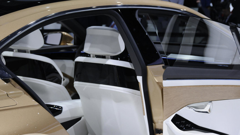 Tym razem Volkswagen po raz pierwszy odsłonił przed światem nowy model o nazwie C Coupe GTE. Ponad pięciometrowy, czterodrzwiowy samochód robi wrażenie nie tylko wyglądem, ale też i zastosowaną techniką. Co auto kryje pod złotą karoserią?