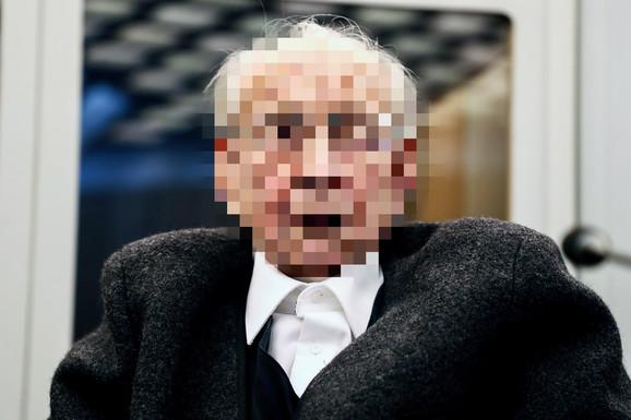 Johan R. je optužen za zločine nad zatvorenicima u koncentracionom kampu. Njegovo lice je zamagljeno jer mu se sudi za period kada je prema nemačkom zakonu bio maloletan
