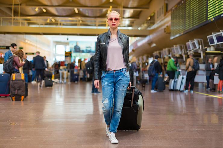 mladi odlazak inostranstvo kofer putovanje
